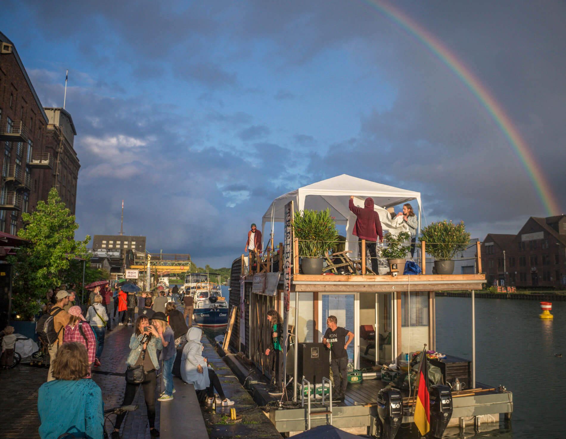 Hausboot unaone als Bühne beim Treibgut-Festival im Hafen Münster
